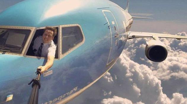 Apakah Penumpang Boleh Berfoto di Pesawat?