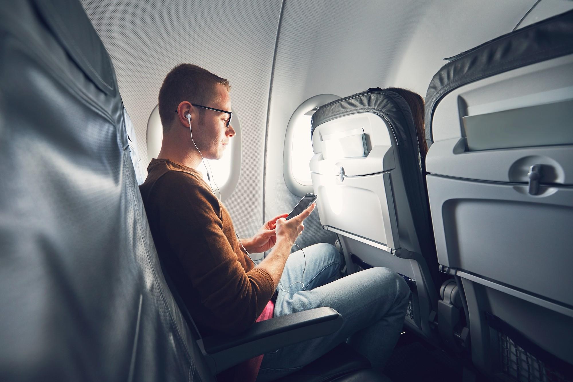 Apakah boleh memakai Handphone di pesawat?